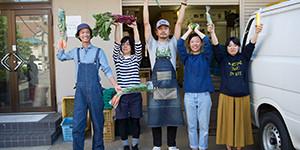 坂ノ途中お試しセット野菜セットを扱うスタッフの皆さん