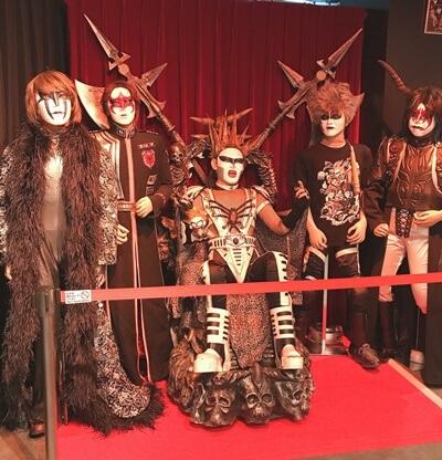 KOWAiiCAFE聖飢魔II構成員実物大展示。