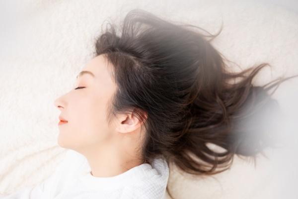 夜勤明けでもよく眠れてる女性